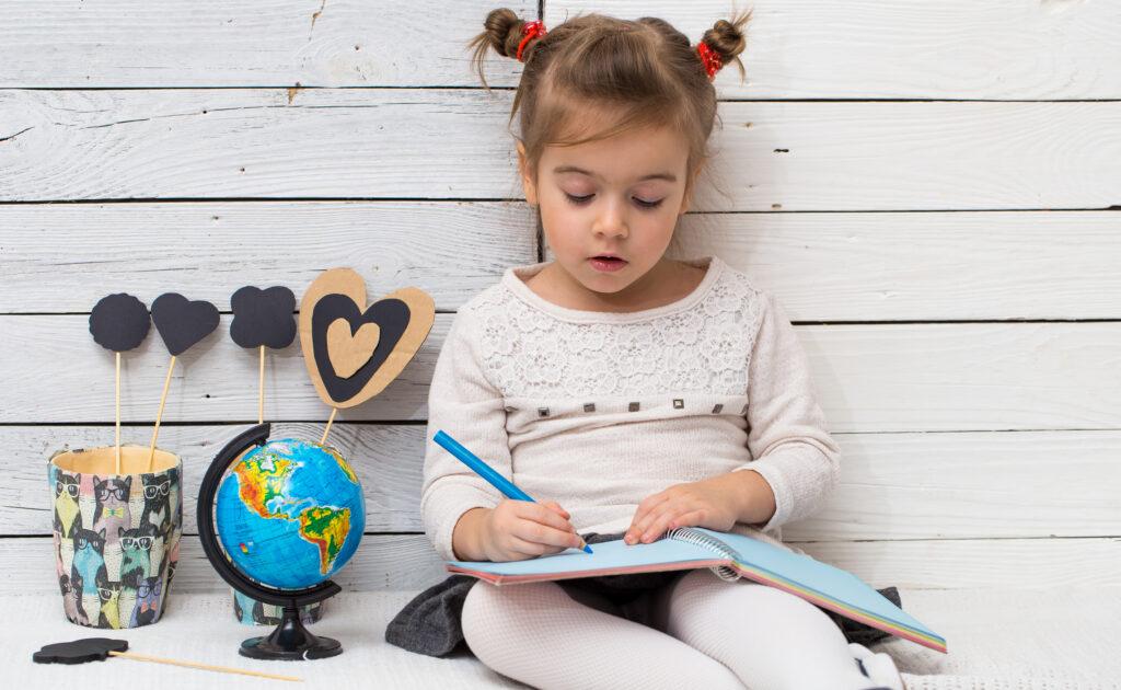 É fundamental dar aos pequenos a oportunidade de pensar sobre a forma como se escreve em atividades de leitura e escrita com um sentido prático.