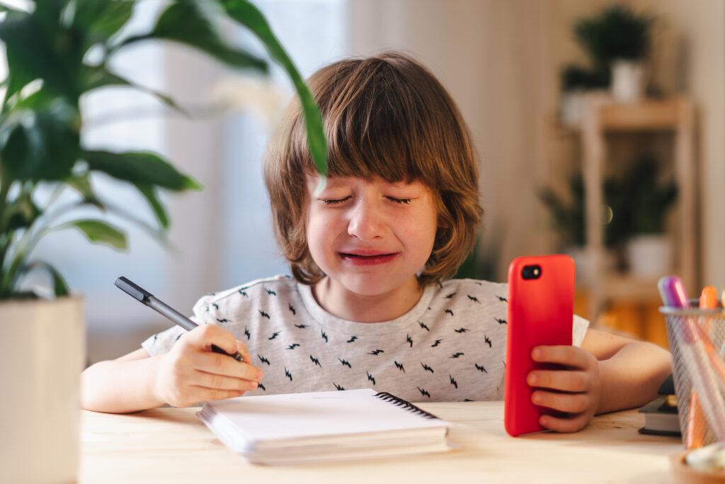Por isso, nós, adultos, precisamos encorajar e estimular. Jamais ameaçar ou dizer que a criança não aprende ou não gosta.